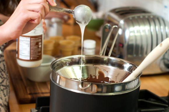 Utilisation d'huile de coco condensée en cuisine dans la préparation de plats