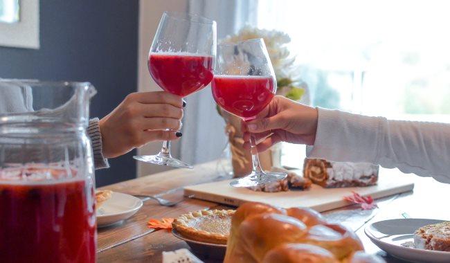 Deux personnes boivent des jus de fruits rouges ensemble lors d'un repas à table