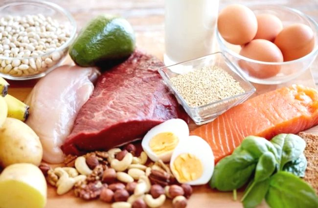 Des fruits et légumes sont mis à côté des viandes maigres et du lait