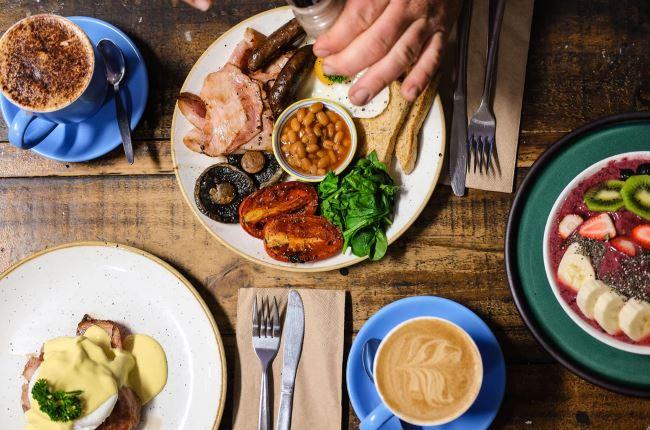Nourritures disposées sur la table à côté de fourchettes et de couteaux