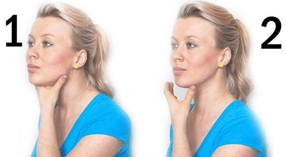 Une jeune femme montre comment faire l'exercice du pigeon en tenant la mâchoire
