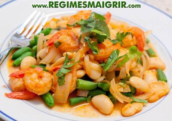 Le plat des crevettes sautées au paprika et haricots verts et haricots beurre une fois terminé