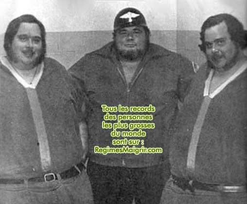 Les 2 frères posent avec George Cannon, un organisateur de combats de catch