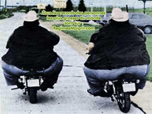Les jumeaux les plus gros du monde adorèrent les motos, ici ils sont photographiés de dos