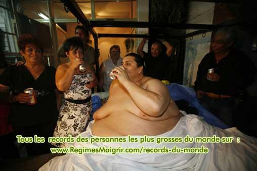 L'homme le plus lourd du monde fait la fête avec sa femme et ses proches