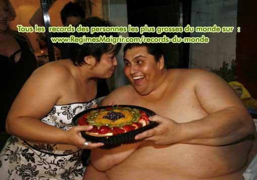 L'homme le plus gros du monde s'apprête à manger un bon gâteau donné par sa femme