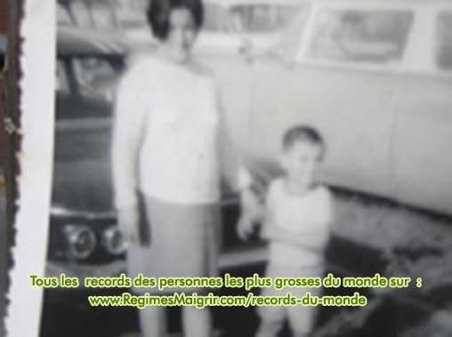 L'homme le plus gros du monde pris en photo pendant son enfance, main tenue par sa mère