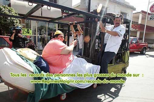 Manuel Uribe applaudit le public qui entoure son camion lors de sa dernière sortie
