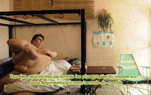 L'homme le plus lourd du monde fait des étirements sur son lit