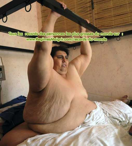 Manuel Uribe fait du sport avec les barres situées en haut de son lit pour maigrir
