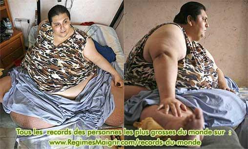 Manuel Uribe est pensif sur son lit, qu'il ne quitte que très rarement, à cause de son grand poids