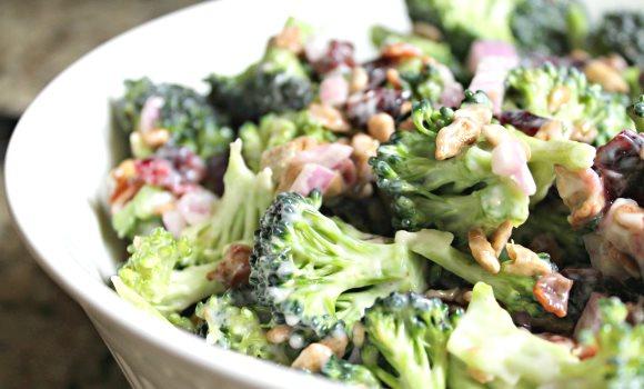 Un bol de salade au brocoli dans lequel le cuisinier a utilisé du vinaigre de cidre de pomme